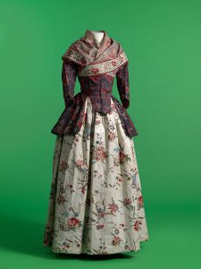 Jacket_and_shawl_in_chintz,_skirt_in_glazed_printed_cotton,_1770-1800._MoMu_-_Fashion_Museum_Province_of_Antwerp,_www.momu.be._Photo_by_Hugo_Maertens,_Bruges.