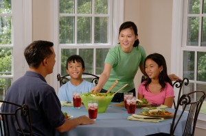 family-eating-at-the-table-619142_1280